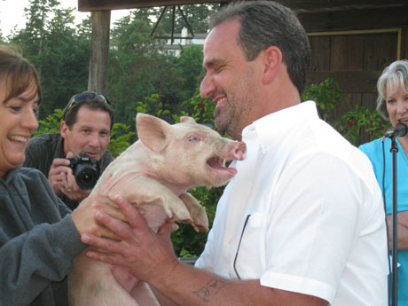 Dan & the pig get acquainted before he plants one on the pig....