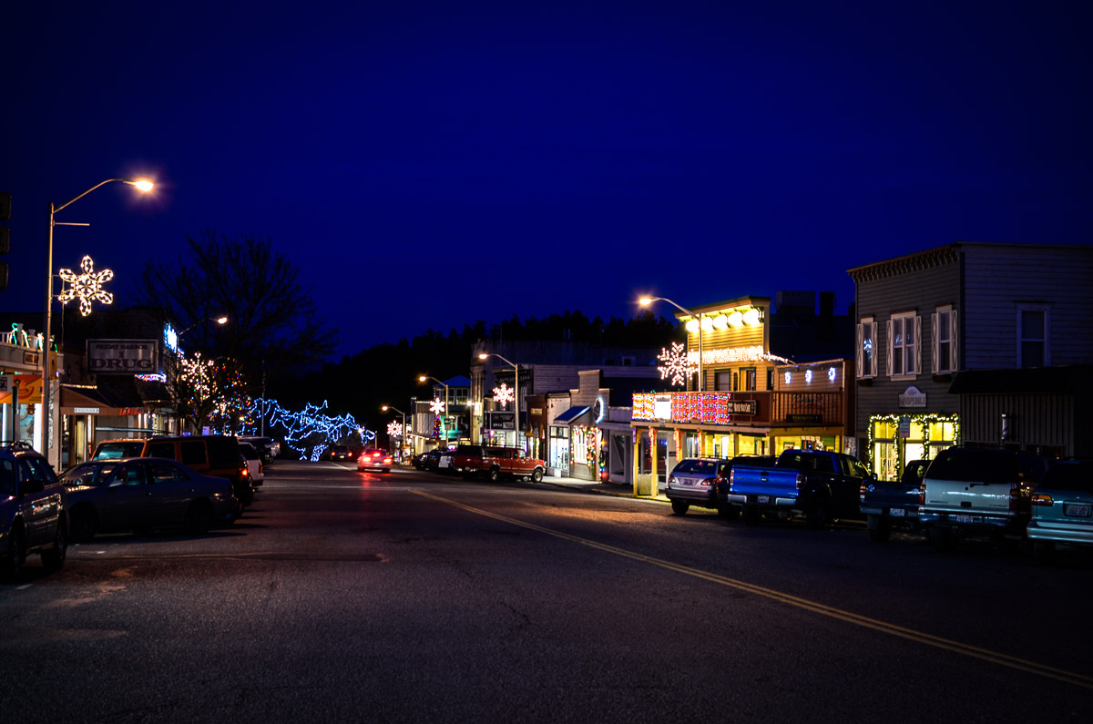 Town sure looked nice Saturday night all done up for the holidays